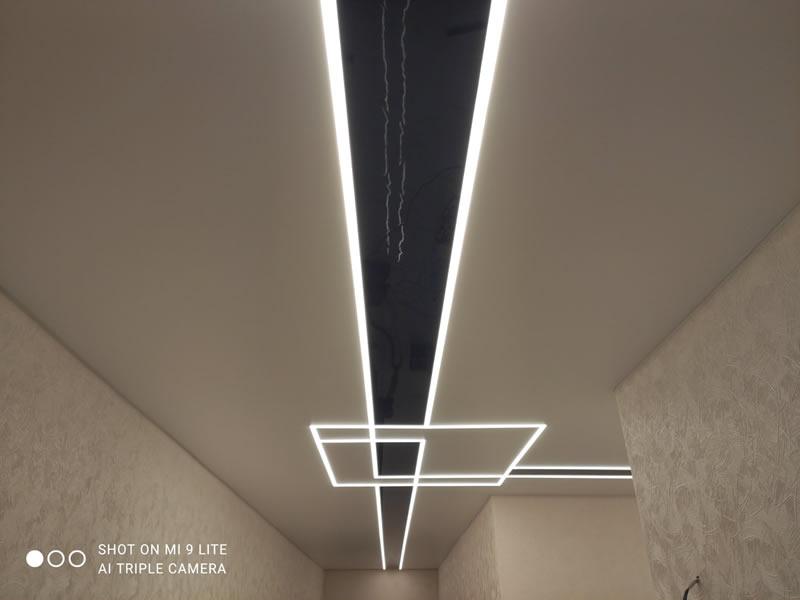 Глянцевый парящий натяжной потолок со светодиодными линиями в Киеве фото