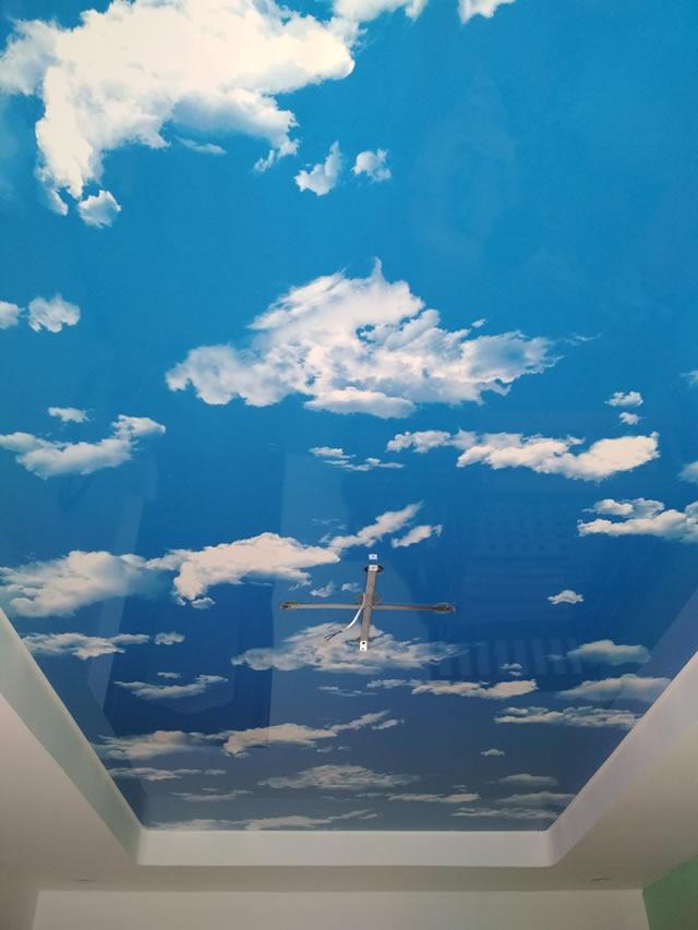 Натяжные потолки с фотопечатью голубого неба и белых облаков в Одессе от Деми-Луне