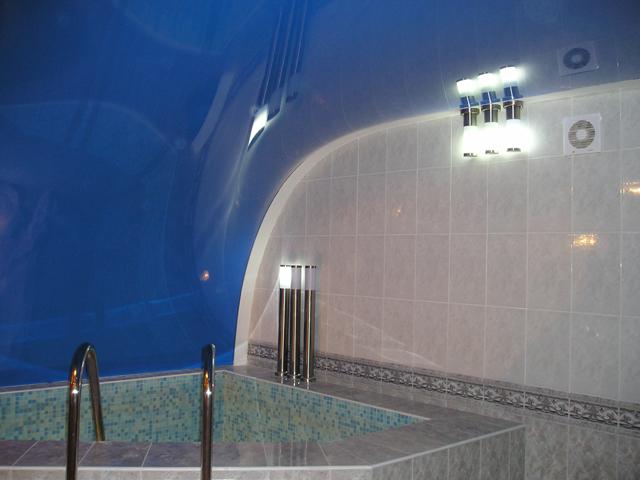 Натяжные потолки DEMI-LUNE в ванной