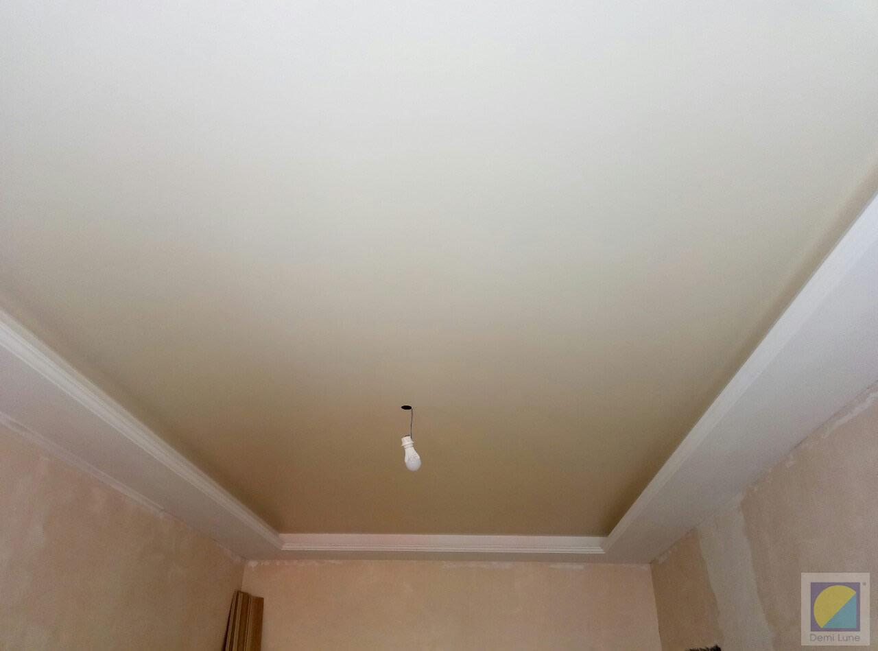 натяжной потолок бежевый матовый фото