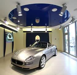 Французский натяжной потолок в автосалоне