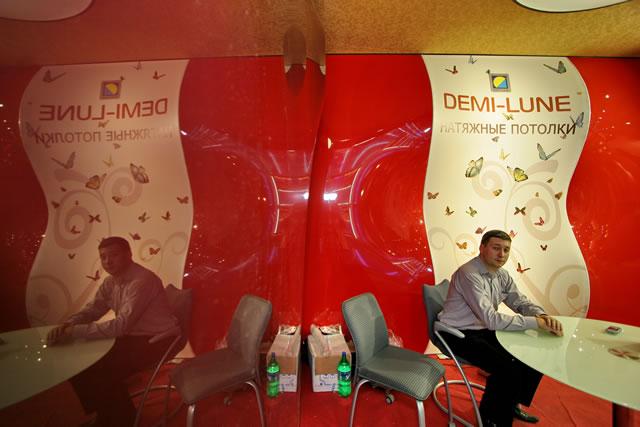 французские натяжные потолки Demi-Lune. Выставочный центр компании