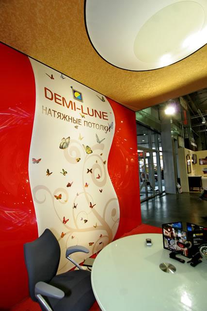 яркие французские натяжные потолки Demi-Lune на выставке