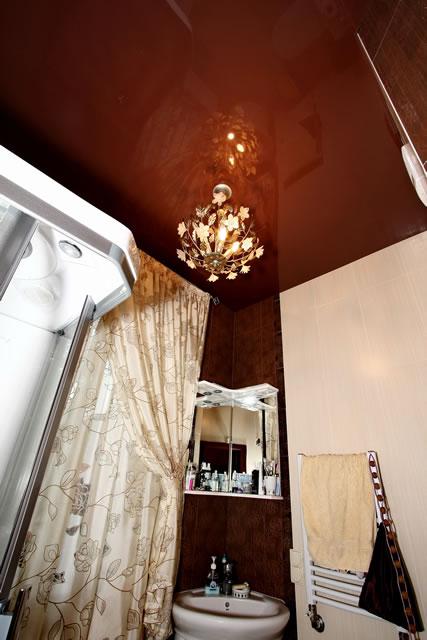Глянцевый натяжной потолок DEMI-LUNE и хрустальная люстра