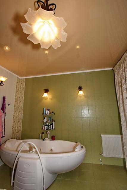 Стильный глянцевый натяжной потолок Деми Луне в ванной комнате