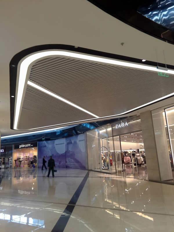 Натяжные потолки с подсветкой в ТЦ Лавина Молл