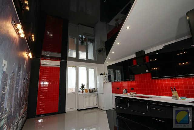 Глянцевые черные натяжные потолки на кухне
